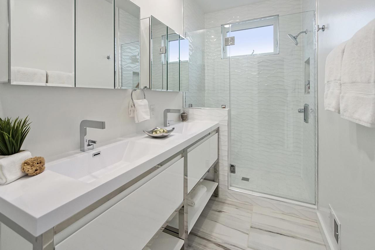 639 Girard Street NE UNIT 2 Bathroom with tile